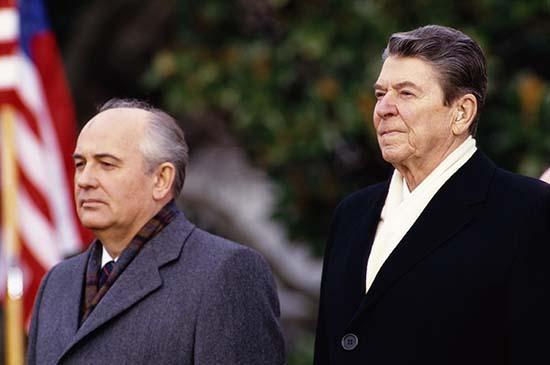 ronald reagan mijail gorbachov - Ronald Reagan pidió ayuda a Mijaíl Gorbachov para luchar contra una invasión extraterrestre