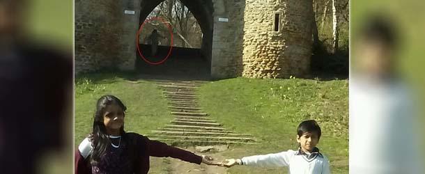 figura espectral castillo inglaterra - Una familia fotografía una figura espectral en un castillo de Inglaterra