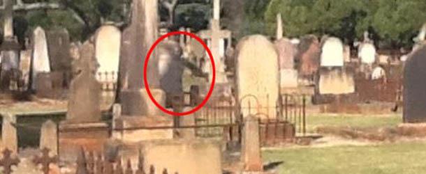 Fotografían una figura espectral al lado de una lápida en un cementerio de Australia