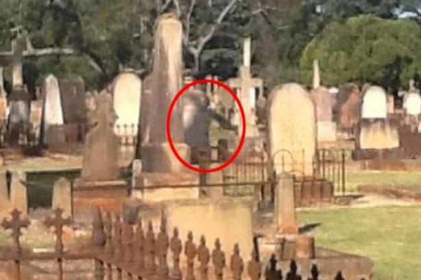 figura espectral cementerio de australia - Fotografían una figura espectral al lado de una lápida en un cementerio de Australia