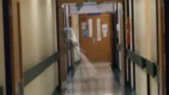 hospital inglaterra fantasma - Trabajador de un hospital de Inglaterra fotografía el fantasma de una niña