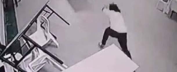 malasia aterrador ataque fantasmal - Cámaras de seguridad de un hotel en Malasia captan un aterrador ataque fantasmal