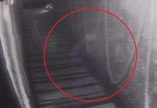 aterradora figura fantasmal 320x220 - Cámaras de seguridad de un bar británico graban una aterradora figura fantasmal