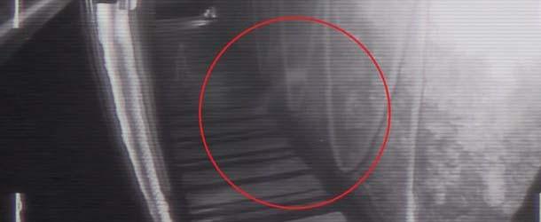 aterradora figura fantasmal - Cámaras de seguridad de un bar británico graban una aterradora figura fantasmal