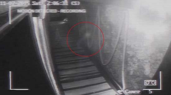 camaras seguridad figura fantasmal - Cámaras de seguridad de un bar británico graban una aterradora figura fantasmal