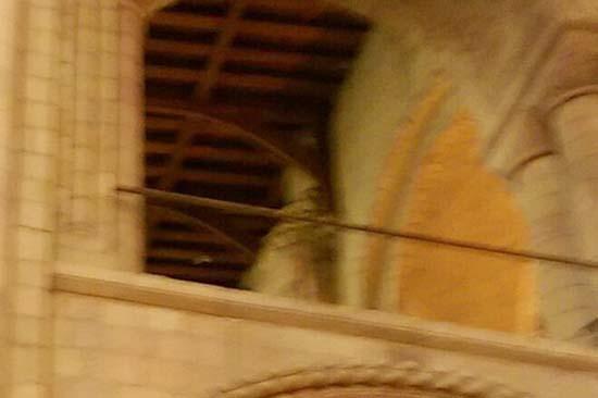 fantasma obispo catedral - Una mujer fotografía el fantasma de un obispo en una catedral del Reino Unido