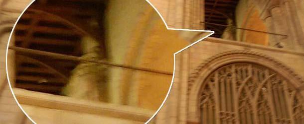 fantasma obispo - Una mujer fotografía el fantasma de un obispo en una catedral del Reino Unido