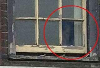 rostro fantasmal inglaterra 320x220 - Aparece un rostro fantasmal en la ventana de un antiguo edificio en Inglaterra