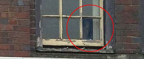 rostro fantasmal inglaterra - Aparece un rostro fantasmal en la ventana de un antiguo edificio en Inglaterra