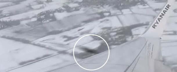 Graban el momento en el que un OVNI casi impacta con un avión de Ryanair