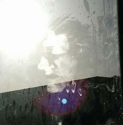 Rostro fantasmal en la ventana