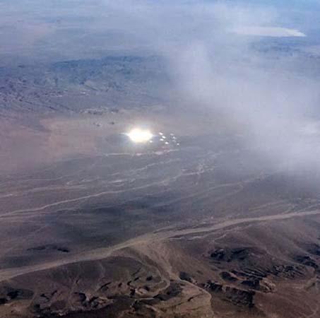 gigantesco ovni esferas luz area 51 - Pasajero de un avión fotografía un gigantesco OVNI lanzando esferas de luz cerca del Área 51