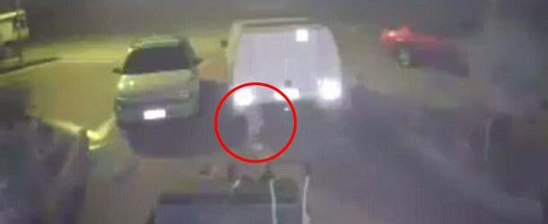 misteriosa figura blanca australia - Cámara de seguridad graba una misteriosa figura blanca flotando en un parking de Australia