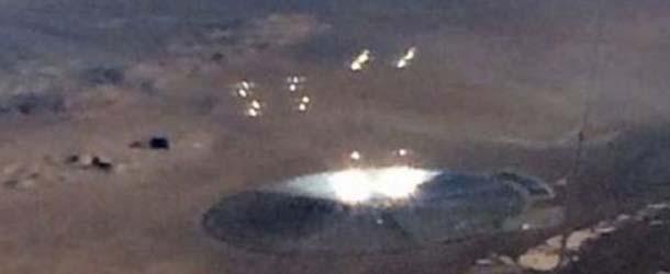 ovni area 51 - Pasajero de un avión fotografía un gigantesco OVNI lanzando esferas de luz cerca del Área 51