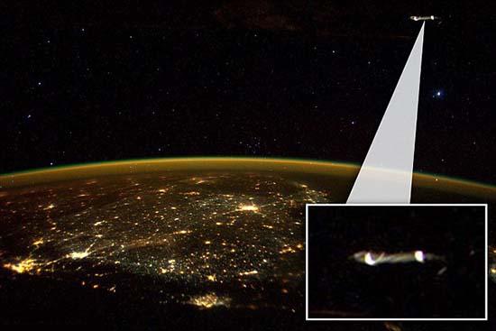 ovni estacion espacial internacional - Astronauta publica una imagen en Twitter de un OVNI cerca de la Estación Espacial Internacional