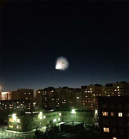 ovni ikea siberia - Miles de personas ven un enorme OVNI sobre una tienda de IKEA en Siberia