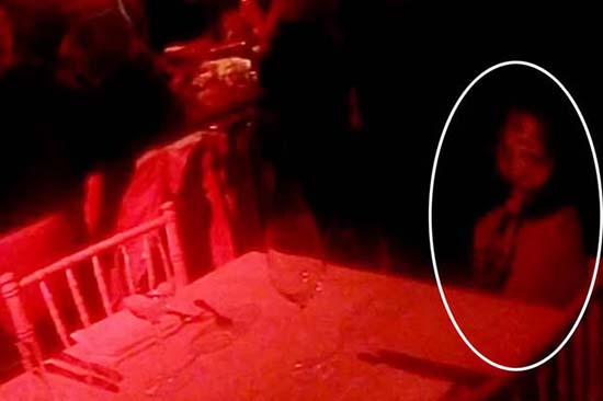 fantasma nina restaurante inglaterra - Jóvenes fotografían el fantasma de un niña en un restaurante de Inglaterra