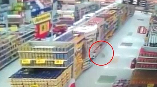 actividad poltergeist en supermercado - Cámara de seguridad muestra actividad poltergeist en un supermercado