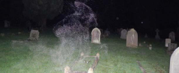 angel de la muerte cementerio inglaterra - Fotógrafo escéptico capta el Ángel de la Muerte en un cementerio de Inglaterra