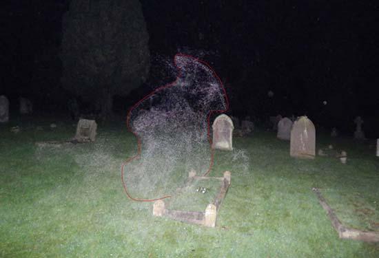angel de la muerte en un cementerio inglaterra - Fotógrafo escéptico capta el Ángel de la Muerte en un cementerio de Inglaterra