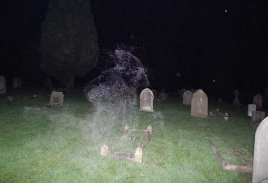 angel muerte cementerio inglaterra - Fotógrafo escéptico capta el Ángel de la Muerte en un cementerio de Inglaterra