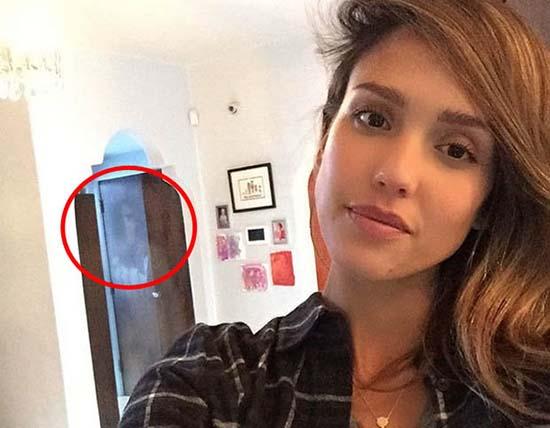 figura fantasmal jessica alba - Aparece una figura fantasmal en un selfie de la actriz Jessica Alba