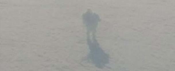 Pasajero de un avión fotografía a un misterioso humanoide caminando sobre las nubes a 30.000 pies de altura