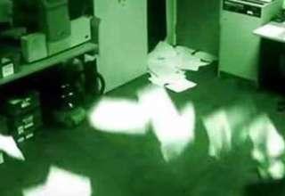 poltergeist manchester 320x220 - Continúa sin explicación el video que muestra actividad poltergeist en unas oficinas de Manchester