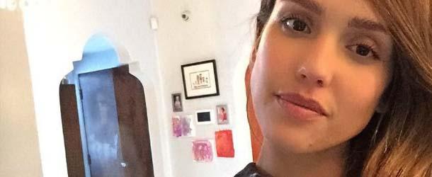 selfie jessica alba - Aparece una figura fantasmal en un selfie de la actriz Jessica Alba