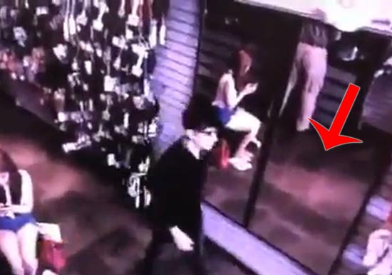 vampiro real tienda georgia - Imágenes de una cámara de seguridad muestran un vampiro real en una tienda en Georgia