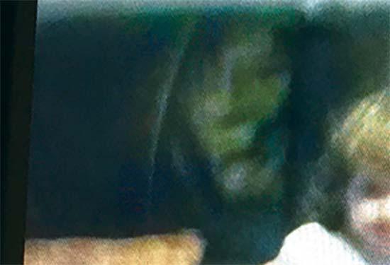fantasma de bruja - Padres conmocionados al ver el fantasma de una bruja al lado de su hija en una fotografía