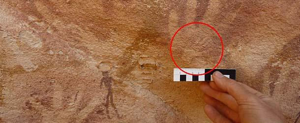 Arqueólogos descubren misteriosas manos en una antigua cueva en Egipto que no son humanas