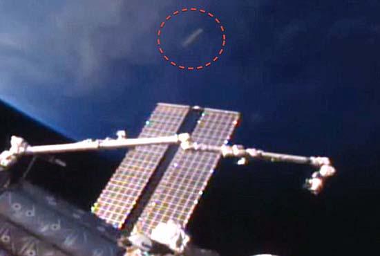 ovni cigarro iss - Aparece un OVNI en forma de cigarro cerca de la ISS y la NASA corta la señal de video