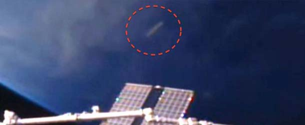 ovni iss - Aparece un OVNI en forma de cigarro cerca de la ISS y la NASA corta la señal de video