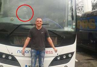 extraterrestre a bordo autocar 320x220 - Un hombre fotografía un extraterrestre a bordo de un autocar