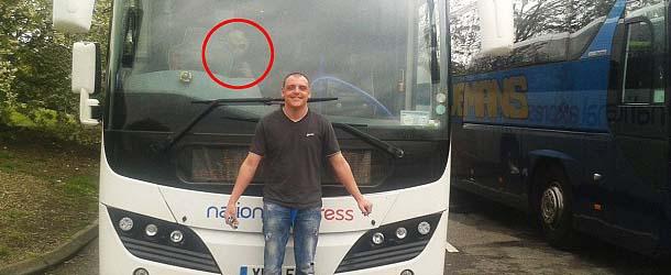 Un hombre fotografía un extraterrestre a bordo de un autocar