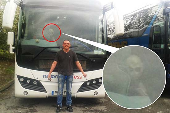 extraterrestre autocar - Un hombre fotografía un extraterrestre a bordo de un autocar