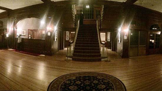 hotel stanley figura fantasmal vestibulo - Huésped del Hotel Stanley fotografía una espeluznante figura fantasmal en el vestíbulo