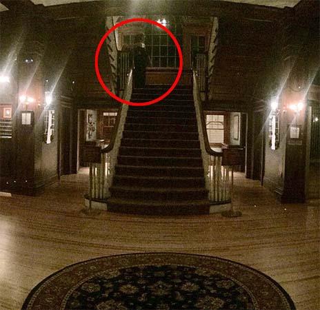 hotel stanley fotografia figura fantasmal - Huésped del Hotel Stanley fotografía una espeluznante figura fantasmal en el vestíbulo