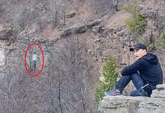 extrana figura sin rostro canada - Excursionistas fotografían una extraña figura sin rostro en una montaña de Canadá