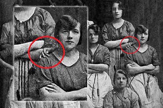 mano fantasmal en una antigua fotografia - Periódico irlandés descubre una mano fantasmal en una antigua fotografía