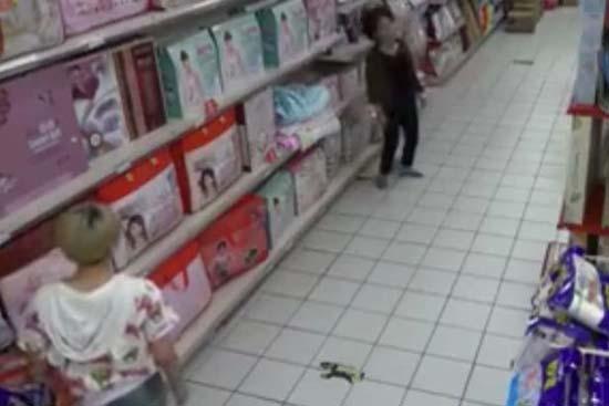 posesion demoniaca en supermercado - Cámara de seguridad graba una posesión demoníaca en un supermercado