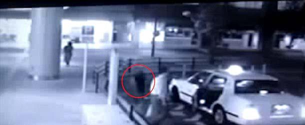 fantasma taxi - Aterradorvídeomuestra un fantasma entrando en un taxi