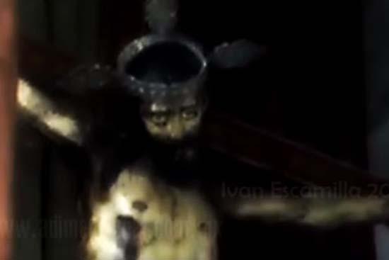 Estatua de Jesús abre ojos