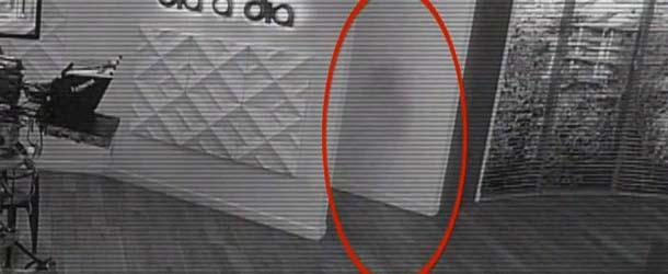 fantasma nina estudios television colombiano - Cámara de seguridad graba el fantasma de una niña en los estudios de un canal de televisión colombiano