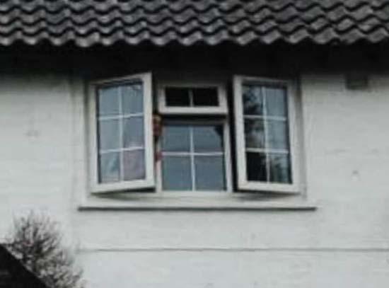 cara madre muerta mirando ventana - Mujer británica fotografía la cara de su madre muerta mirando por la ventana de su casa