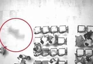 sombra oscura sala espera 320x220 - Una cámara de seguridad capta una sombra oscura siguiendo a una mujer en una sala de espera