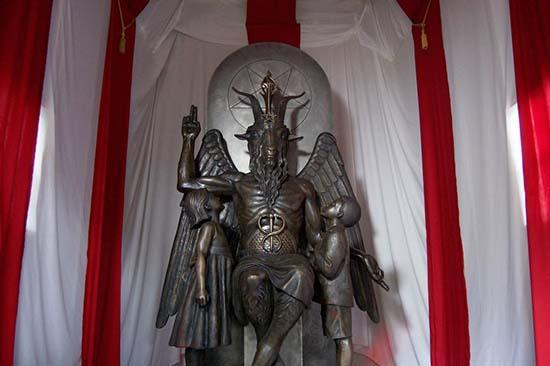 """Anton LaVey, el """"Papa Negro"""" del Satanismo Templo-satanico-ciudad-de-salem"""