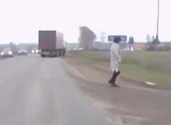 teletransporte rusia - Cámara de un coche graba el momento en que un hombre aparece de la nada en una carretera de Rusia