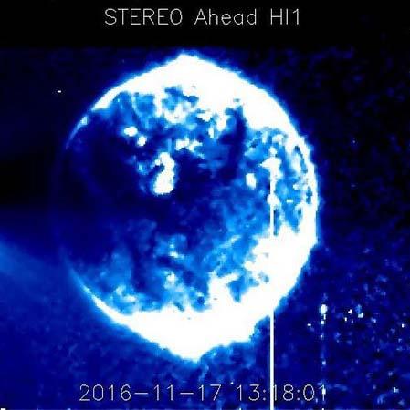 enorme esfera interactuando sol - Científicos no pueden explicar la aparición de una enorme esfera azul interactuando con el Sol